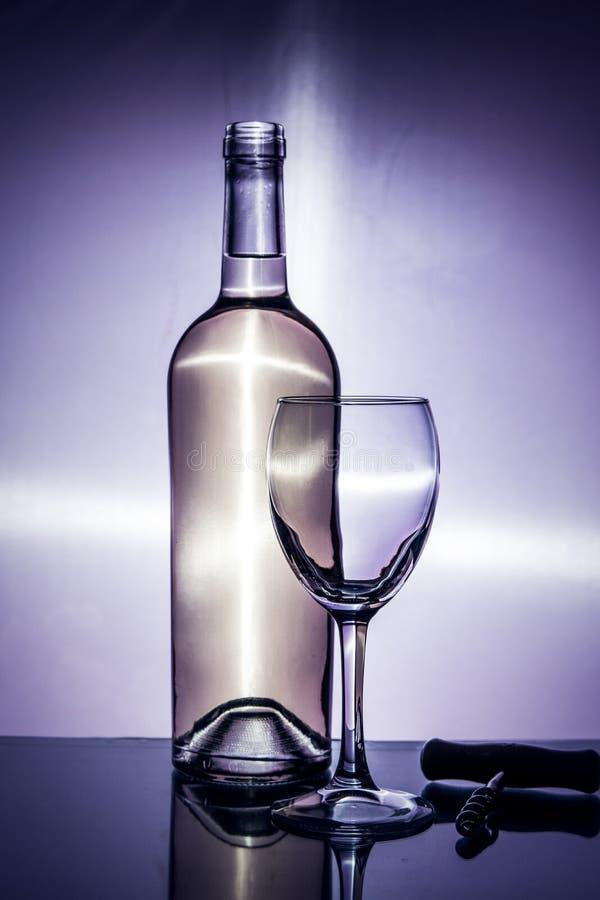 Sommelier füllt ein Glas Wein stockfotografie
