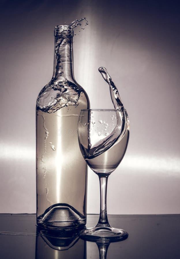 Sommelier füllt ein Glas Wein lizenzfreies stockfoto