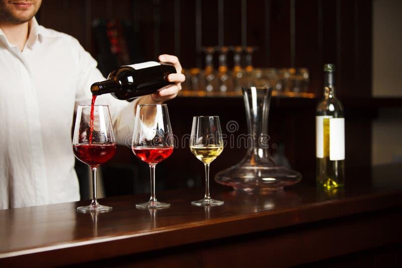 Sommelier nalewa różnych typ świetny wino fotografia stock