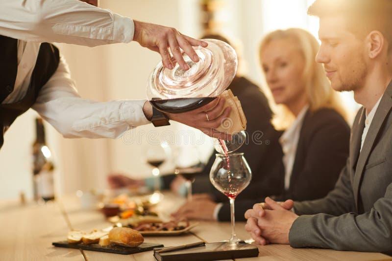 Sommelier Pouring Wine Closeup stock afbeeldingen