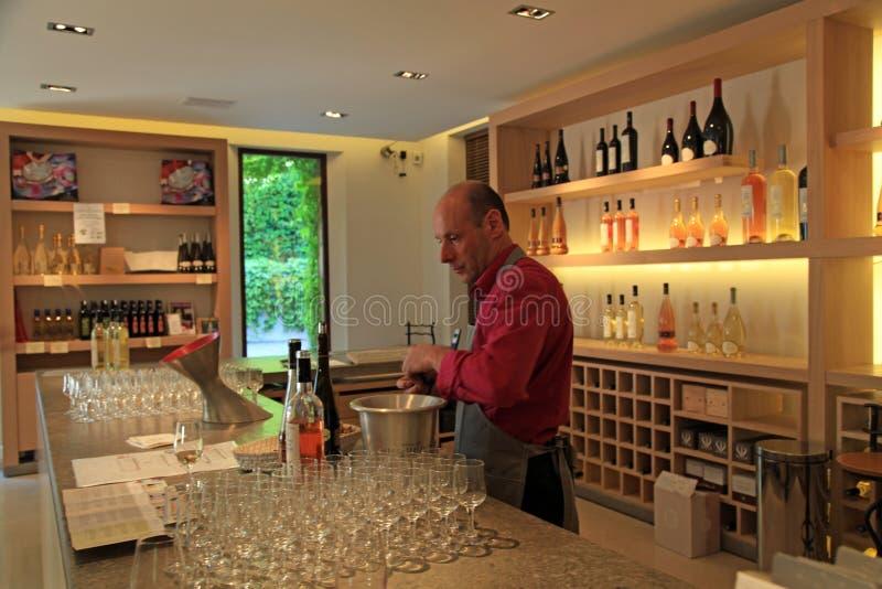 Sommelier proevende wijn, Chateau Sainte Roseline in de Provence stock foto