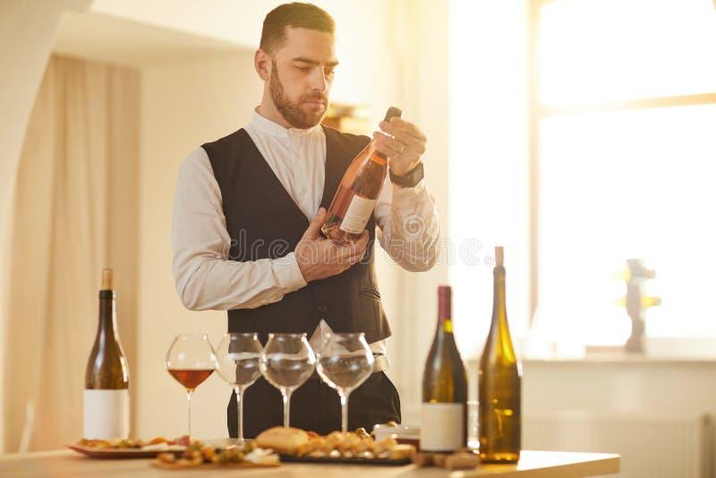 Sommelier que elige el vino fotografía de archivo