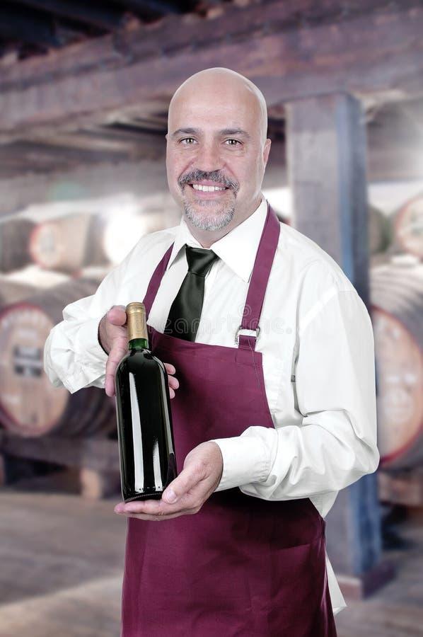 Sommelier Waiter com a garrafa do vinho tinto foto de stock
