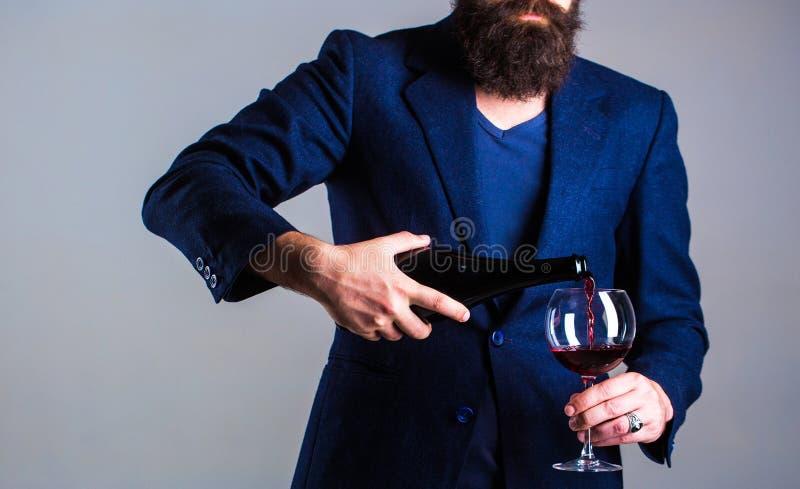 Sommelierman, degustator, vinodling, manlig vinproducent Flaska rött vinexponeringsglas Skäggman som uppsökas, sommelier, avsmakn fotografering för bildbyråer