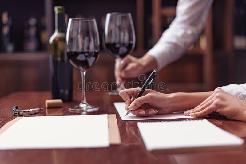 Sommeliers goûtant le vin dans la cave image libre de droits