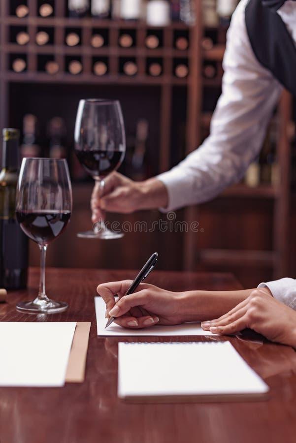 Sommeliers goûtant le vin dans la cave photos libres de droits