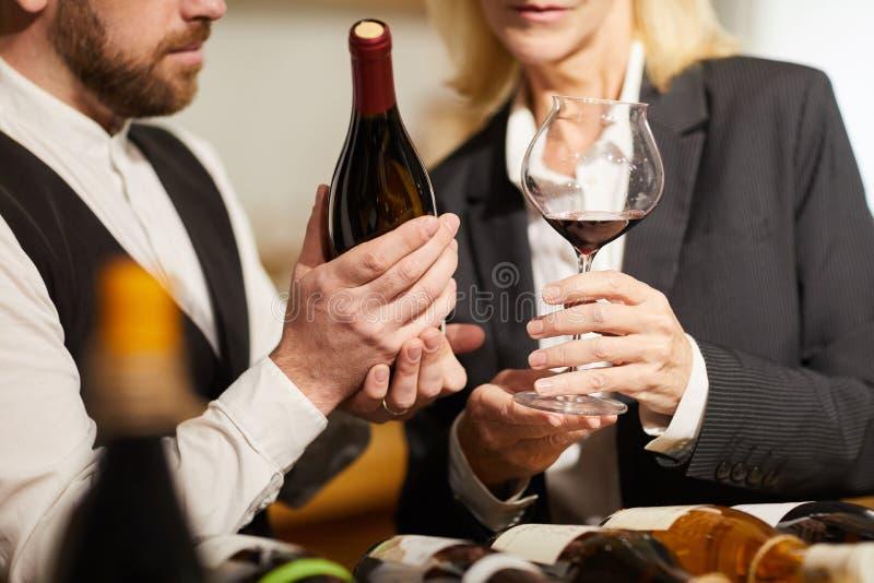 Sommeliers que eligen el primer del vino imagen de archivo libre de regalías