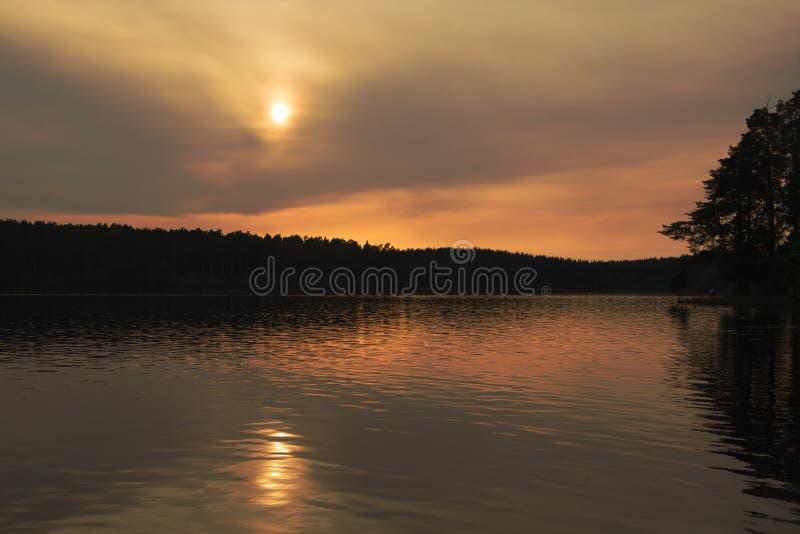 Sommer-Abend am See lizenzfreies stockbild