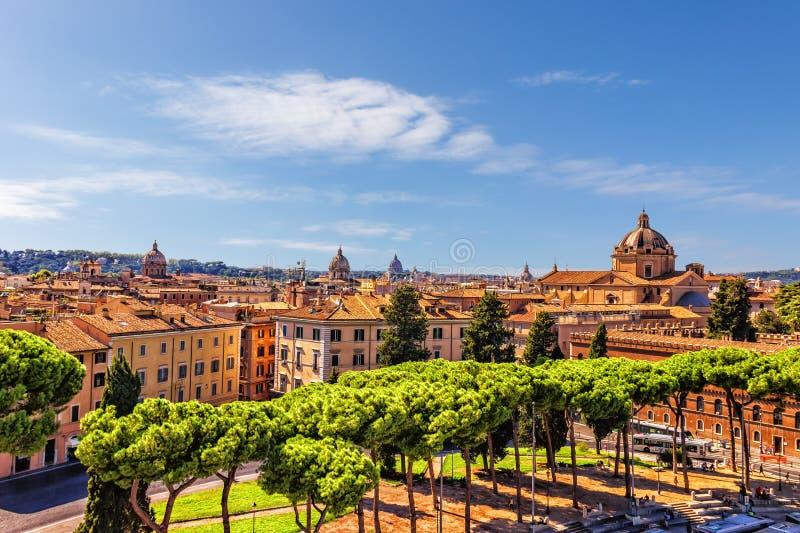 Sommer-Ansicht über Rom-Dächer und -kirchen stockbilder
