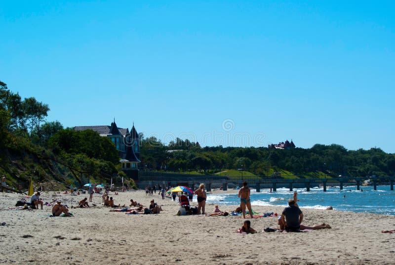 Sommer auf dem Strand in Pionersky stockbild