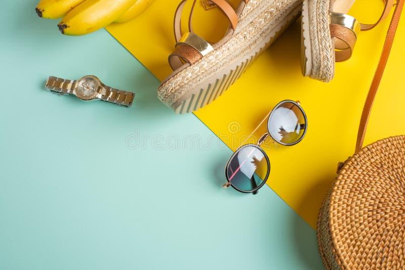 Sommer bunt mit einer Weidenmodetasche, tropischen Ananas- und Frauenschuhe und Sonnenbrillen und Uhren Sommermode, stockbilder