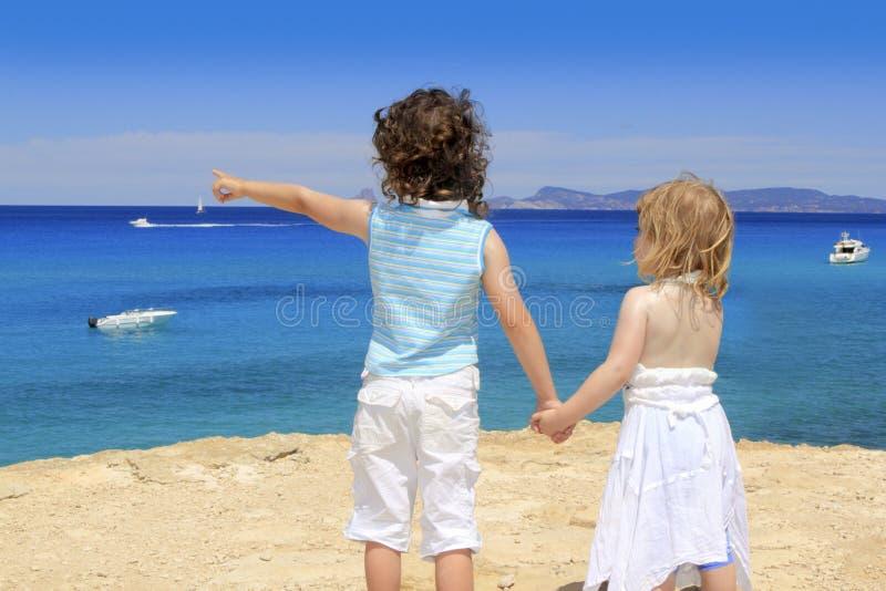 Sommer Cala Saona Formentera mit zwei Schwestermädchen lizenzfreies stockbild
