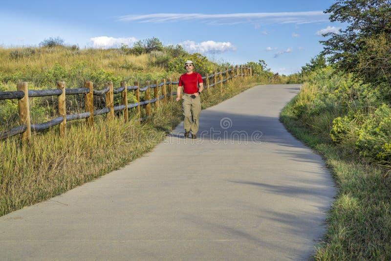 Sommer, der auf Poudre-Fluss-Spur geht lizenzfreie stockfotos