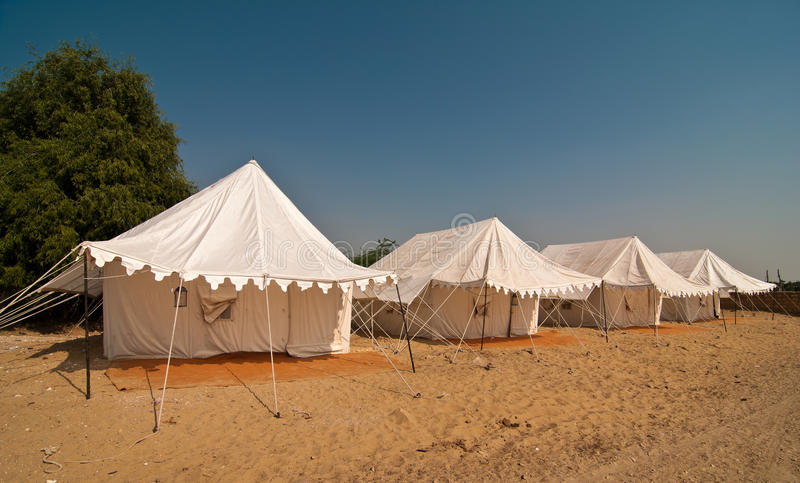 Sommer, der in der Wüste kampiert stockfoto