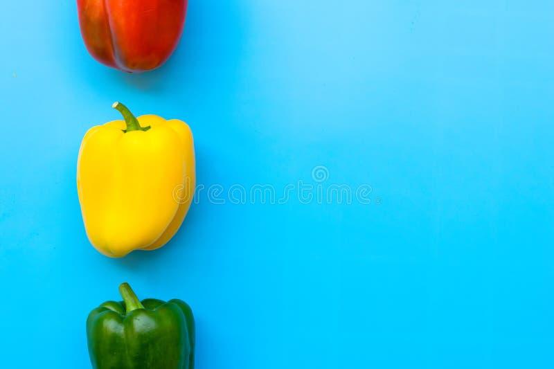 Sommer des süßen grünen Pfeffers auf blauem Hintergrund lizenzfreies stockfoto