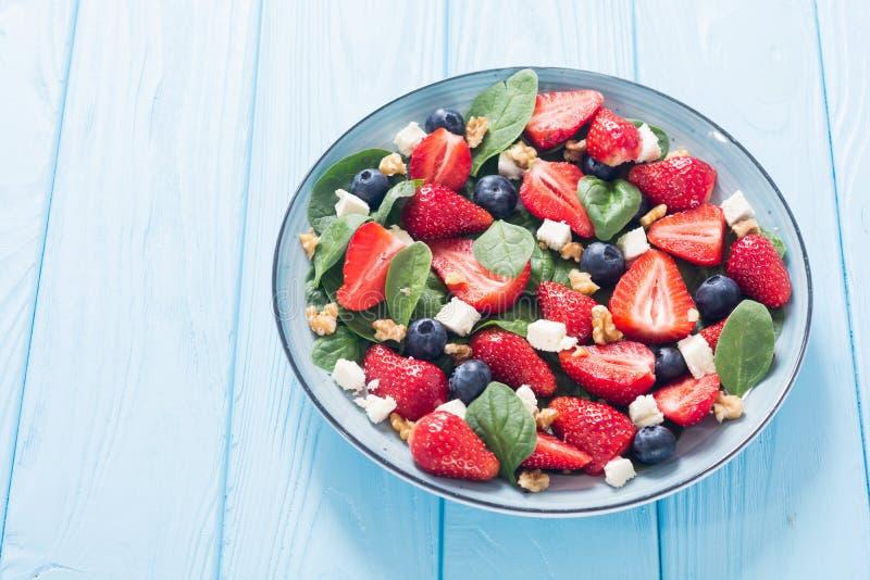 Sommer-Erdbeersalat mit Spinat, K?se, N?ssen und Blaubeere lizenzfreie stockfotografie