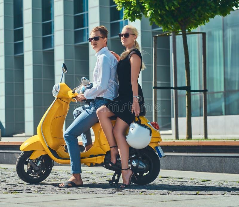 Sommer-Europa-Ferien, Datum, Romanze Glückliche attraktive Paare - reizend Blondine, die das schwarze Kleid umarmt sie tragen stockbild