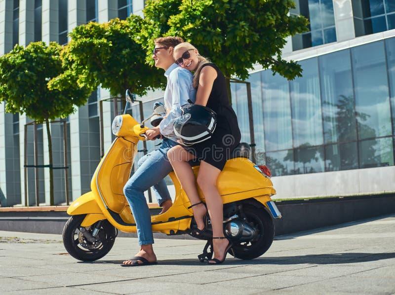 Sommer-Europa-Ferien, Datum, Romanze Glückliche attraktive Paare - reizend Blondine, die das schwarze Kleid umarmt sie tragen stockfoto
