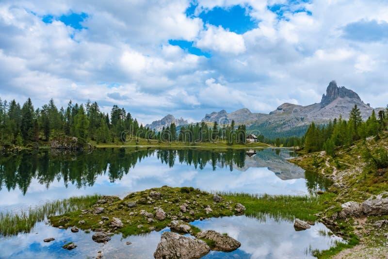 Sommer Federa See mit Dolomit ragen, Cortina D ` Ampezzo, Dolomit, Italien empor lizenzfreies stockfoto