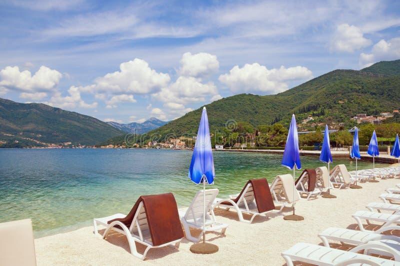 Sommer-Ferien auf dem Strand Bucht von adriatischem Meer Kotor, Tivat, Montenegro lizenzfreie stockfotografie