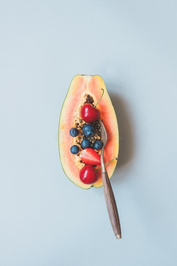 Sommer-Früchte Frische saftige Beeren und Papaya auf dem blauen Hintergrund, Draufsicht stockfotos