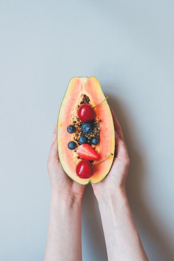 Sommer-Früchte Frische saftige Beeren und Papaya auf dem blauen Hintergrund, Draufsicht stockfoto