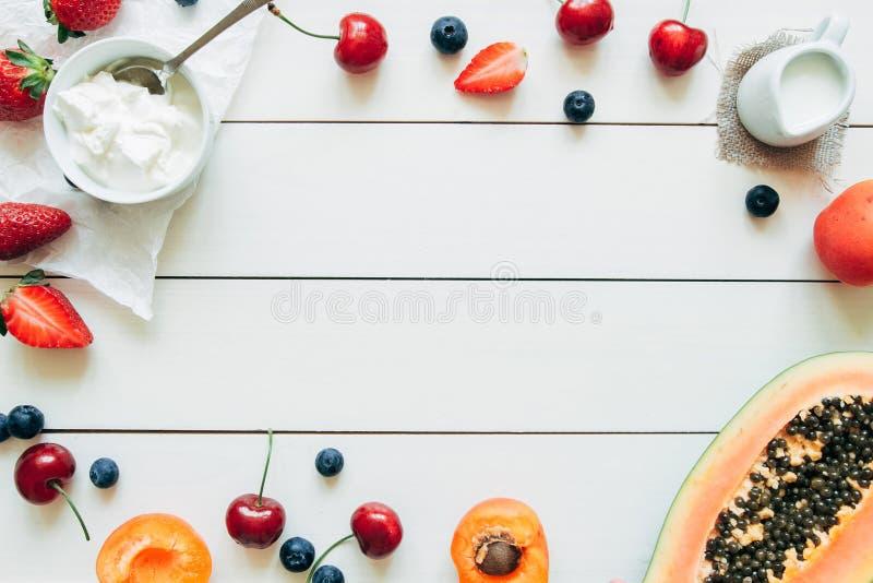 Sommer-Früchte Frische saftige Beeren und Papaya auf dem weißen Holztisch, Draufsicht lizenzfreie stockfotografie