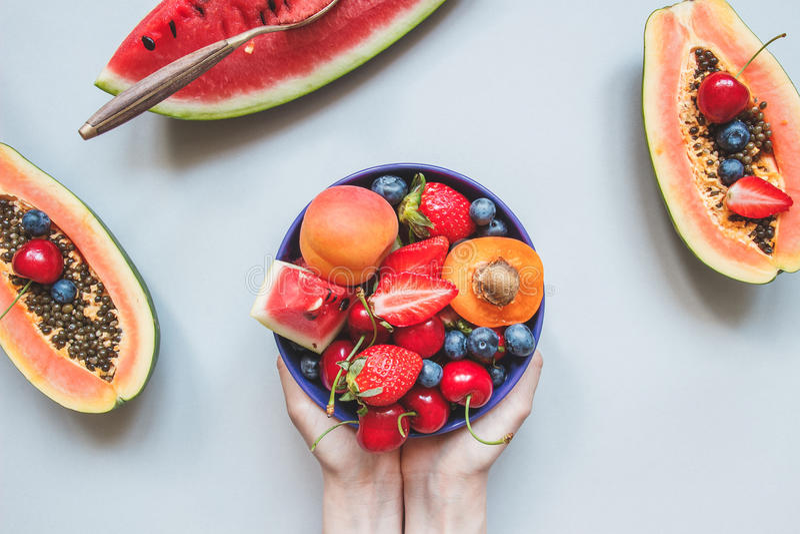 Sommer-Früchte Frische saftige Beeren, Wassermelone und Papaya auf dem blauen Hintergrund, Draufsicht lizenzfreie stockfotos