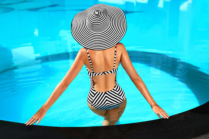 Sommer-Frauen-Körperpflege Entspannung im Swimmingpool Feiertage VA stockfotos
