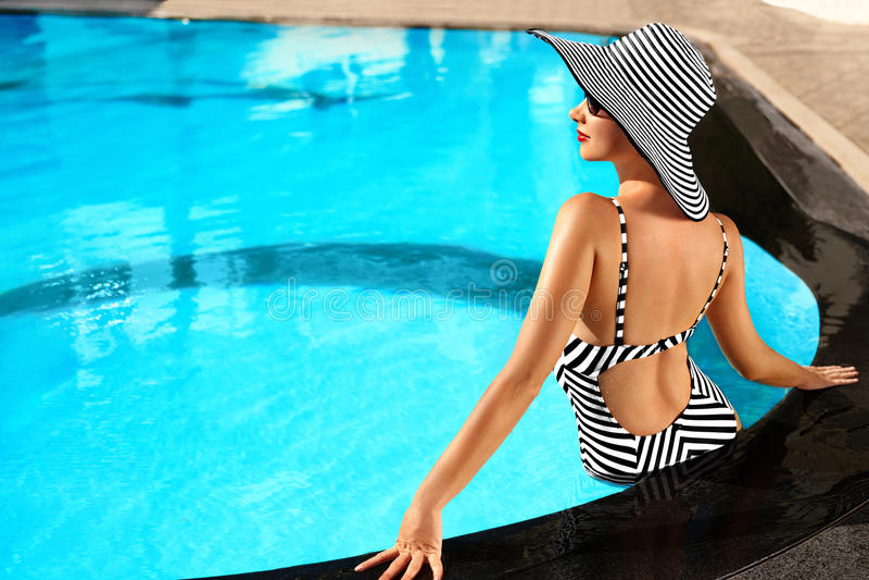 Sommer-Frauen-Schönheit, Mode Gesunde Frau im Swimmingpool Re stockfoto