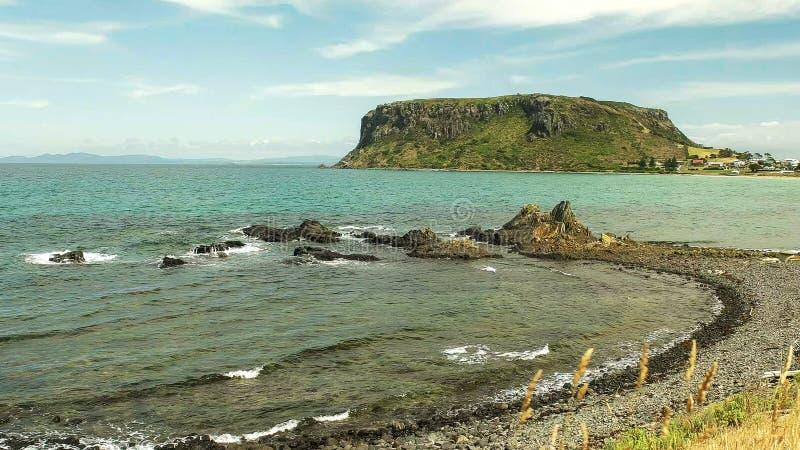 Sommer geschossen von der Nuss und von einem kieseligen Strand bei Stanley, Tasmanien stockfotografie