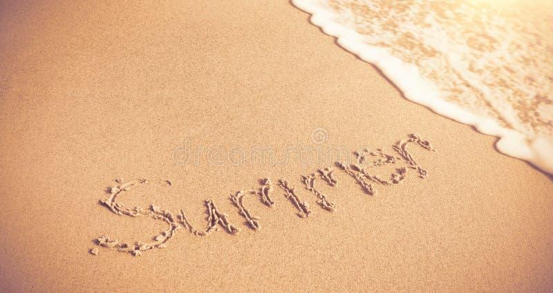 Sommer geschrieben auf Sand mit Brandung stock abbildung