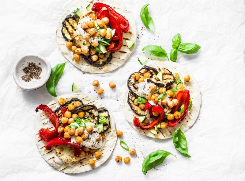 Sommer grillte Gartengemüse und vegetarische Tortillas der würzigen Kichererbsen auf einem hellen Hintergrund, Draufsicht Gesunde lizenzfreie stockfotos