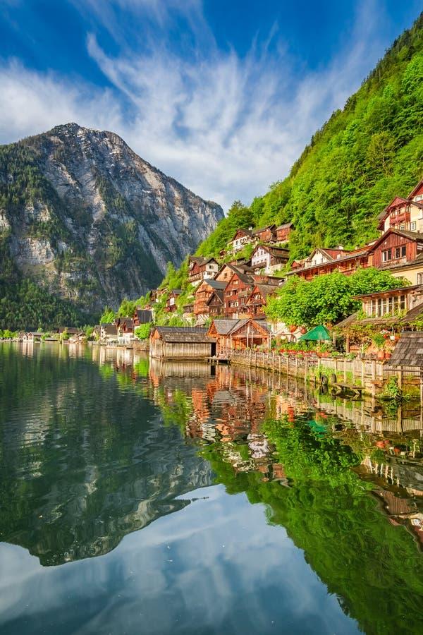 Sommer am Hallstattersee See in Hallstatt, Alpen, Österreich lizenzfreie stockfotos