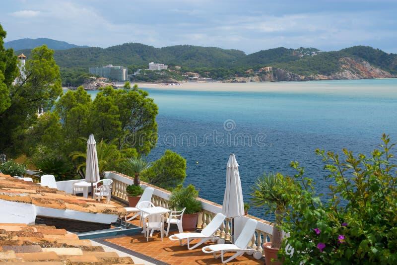Sommer Hause-Landhaus terace sunbeds an der Mallorca-Seeseite stockbild