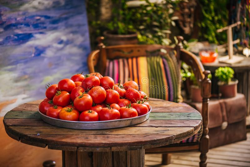 Sommer holt das beste Gemüse auf Ihrer Tabelle stockfotos