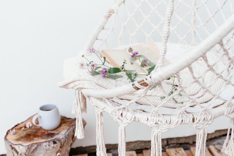 Sommer hygge Konzept mit Hängemattenstuhl im Garten lizenzfreies stockfoto