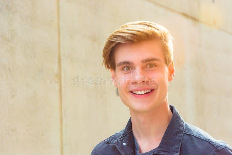 Sommer im Stadtporträt des glücklichen Jugendlichen stockbilder