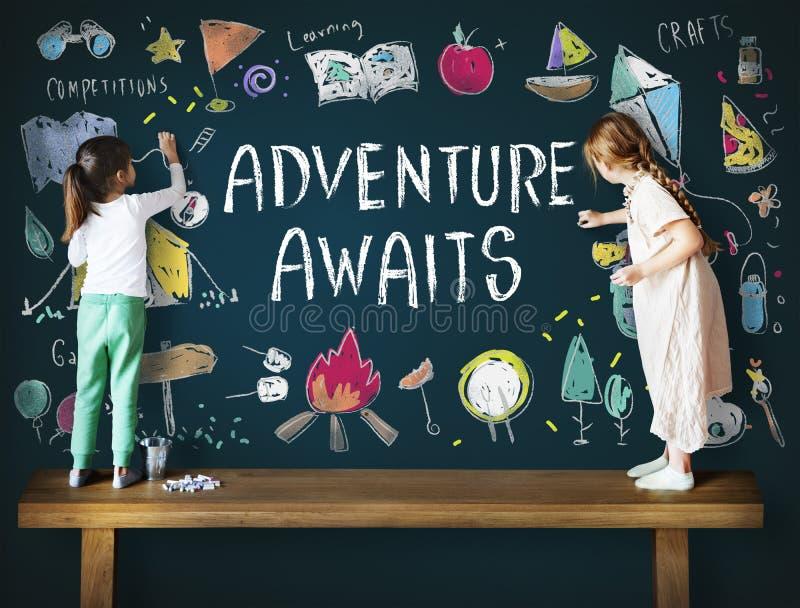 Sommer-Kinderlager-Abenteuer erforschen Konzept stockfotos