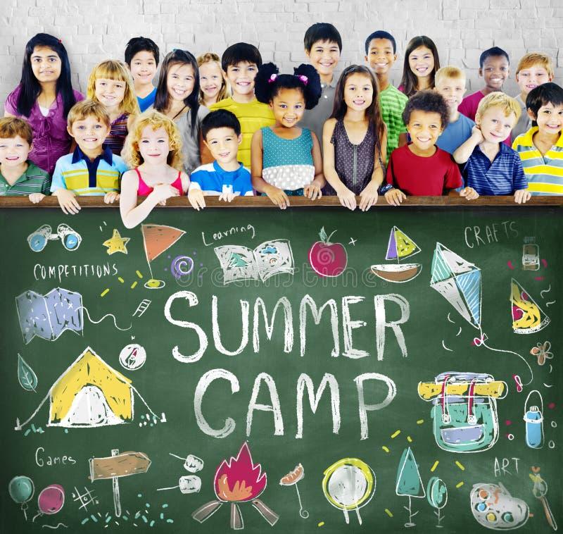 Sommer-Lager-Abenteuer-Erforschungs-Genuss-Konzept stockfotografie