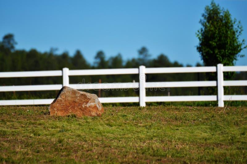 Sommer-Landschaft und Zaun lizenzfreie stockfotos