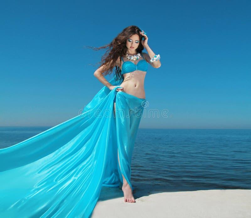 Sommer-Mädchen-Modell Schöne Brunettefrau mit Schlaggewebe stockfotos