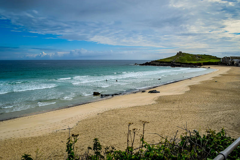 Sommer-Morgen über Porthmeor-Strand, St. Ives lizenzfreie stockbilder