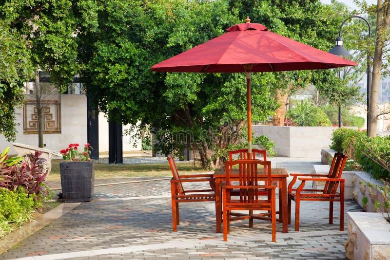 Sommer-Patio mit Tabellen und hölzernen Stühlen lizenzfreies stockfoto