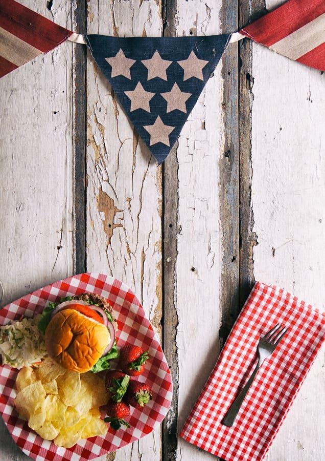 Sommer: Patriotischer Sommerzeit Cookout-Hintergrund mit Burger lizenzfreies stockbild