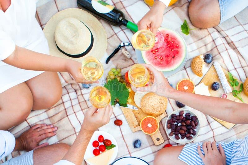 Sommer-Picknick-Korb auf dem grünen Gras Nahrung und Getränkkonzept lizenzfreie stockfotografie