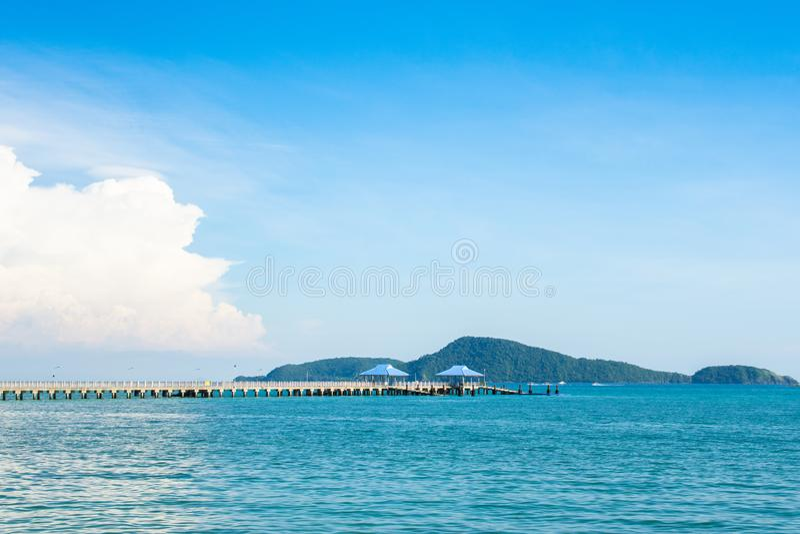 Sommer-, Reise-, Ferien- und Feiertagskonzept - allgemeiner konkreter Pier in Phuket, Thailand mit Kopienraum lizenzfreies stockfoto