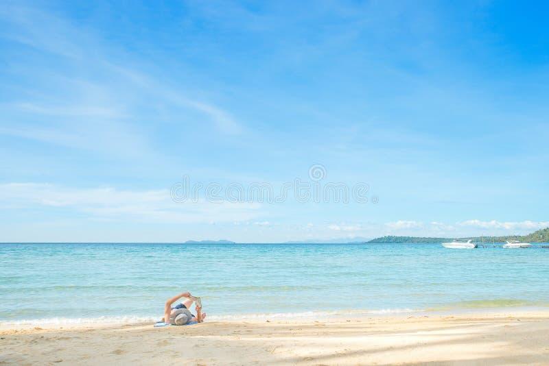 Sommer-, Reise-, Ferien- und Feiertagskonzept - bemannen Sie das Stillstehen auf ist lizenzfreie stockfotografie