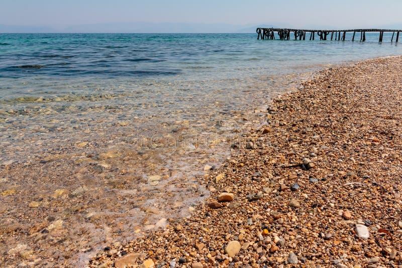 Sommer-, Reise-, Ferien- und Feiertagskonzept - hölzerner Pier in Europa Ionisches Meer Weißer Hintergrund Alte hölzerne Anlegest stockbilder
