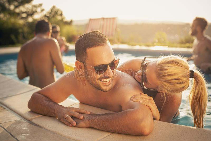 Sommer Romanze durch das Pool lizenzfreies stockbild